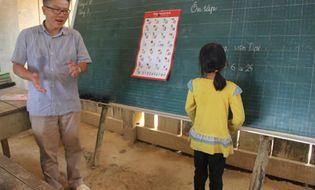 Cộng đồng mạng - GS. Ngô Bảo Châu mang dép tổ ong đi dạy học