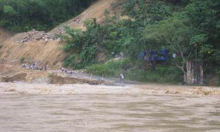Miền Trung - Mưa lớn gây lũ lụt, thị trấn Quan Sơn bị cô lập