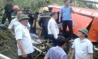Xã hội - Bộ trưởng Thăng bám dây thừng xuống vực tiếp cận xe khách gặp nạn