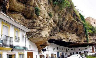 Chuyện lạ - Chuyện lạ: Cả thị trấn sống dưới... tảng đá lớn qua hàng thế kỷ