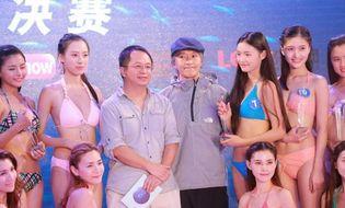 Ngôi Sao - Châu Tinh Trì uể oải đứng giữa dàn mỹ nhân bikini