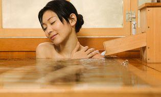 Sức khoẻ - Hiệu quả không ngờ từ việc tắm nước muối biển vào buổi tối