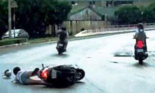 An ninh - Hình sự - Giằng co túi xách với 2 tên cướp, cô gái ngã xe tử vong