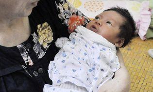 Sự kiện hàng ngày - Hà Nội: Bé trai 6 ngày tuổi bị bỏ rơi ở quán cà phê