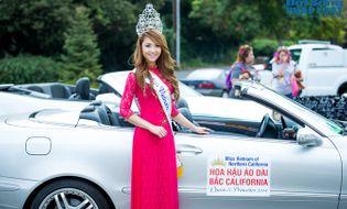 Ngôi Sao - Jennifer Chung diện áo dài,ngồi xe mui trần diễu hành trên phố Mỹ
