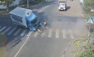 Cộng đồng mạng - Clip: Tai nạn kinh hoàng, người đi xe đạp thoát chết thần kỳ