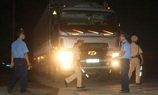 """Sự kiện hàng ngày - Vụ CSGT dẫn xe quá tải đi ẩn náu: Công an Hòa Bình """"phản pháo"""""""