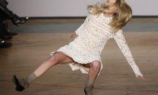 """Vui - Cười - Clip: Những pha """"trượt vỏ chuối"""" hài hước nhất trên sàn catwalk"""