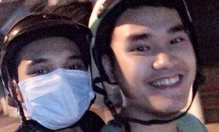 Ngôi Sao - Khắc Việt đội mũ bảo hiểm, bịt khẩu trang kín mít khi đi xe máy