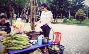 Ngôi Sao - Diễm Hương vác bụng bầu 5 tháng nướng ngô, rán bánh vỉa hè