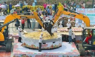 Chuyện lạ - 40 đầu bếp tạo nên chiếc bánh bí ngô khổng lồ nặng 845kg