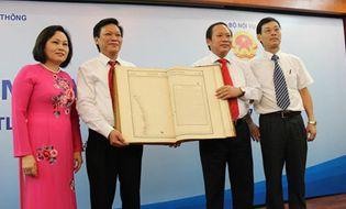 Chủ quyền - Bộ Nội vụ tiếp nhận bộ Atlas khẳng định chủ quyền biển đảo của VN