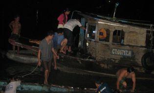 Xã hội - Ghe hàng chao đảo rồi phát nổ, 70 tấn hàng hóa bị cuốn trôi