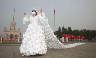 """Gia đình - Chiêm ngưỡng váy cưới độc đáo """"chế"""" từ gần 1.000 chiếc khẩu trang"""