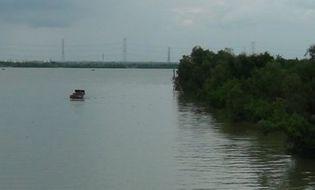 Sự kiện hàng ngày - Đi nhặt ve chai, phát hiện thi thể trẻ sơ sinh nổi trên sông