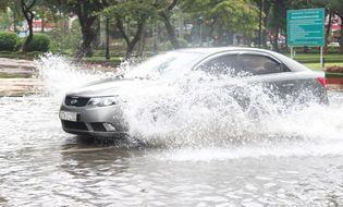 Miền Trung - Mưa lớn, TP Vinh ngập sâu trong biển nước
