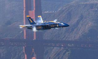 Quân sự - Khoảnh khắc chiến đấu cơ Mỹ vọt qua cây cầu treo lịch sử