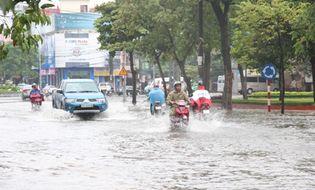 Video Clip - Clip: Mưa lớn, nhiều tuyến đường tại TP Vinh ngập nặng