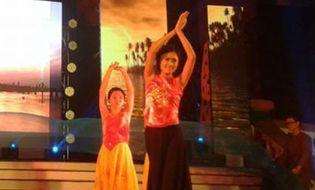 """Giới trẻ - Nữ sinh mặt mộc 9X duyên dáng với tiết mục múa """"Sóng lụa Ven Đô"""""""