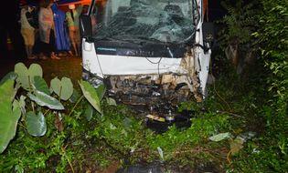 Sự kiện hàng ngày - Xe máy kẹp 3 tông trực diện xe tải, 3 thanh niên tử vong tại chỗ