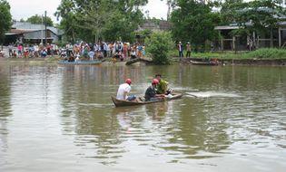 Sự kiện hàng ngày - Lật xuồng vì chở quá người, 2 nữ sinh mất tích trong dòng nước