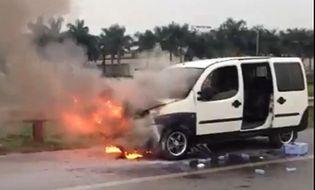 Miền Bắc - Ô tô 7 chỗ bốc cháy dữ dội trên đường cao tốc