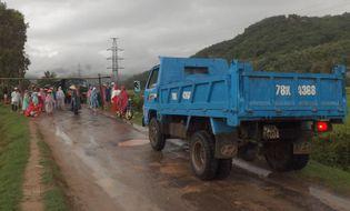 An ninh - Hình sự - Phú Yên: Dân chặn xe tải, đòi đối thoại với lãnh đạo xã