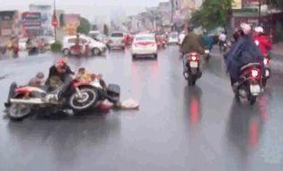 Đời sống - Clip: Hai xe máy đấu đầu vì không ai nghĩ mình sai