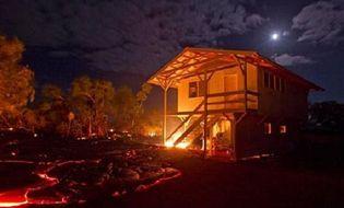 Thế giới - Video: Cận cảnh dung nham núi lửa tràn xuống thiêu rụi 1 ngôi nhà