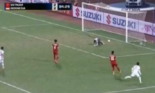 Thể thao - Video: Pha để bóng lọt háng vô duyên của thủ môn tuyển Việt Nam