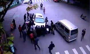 Đời sống - Video: Cảm động đám đông hợp sức cứu người bị đè dưới gầm ô tô