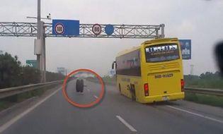 Đời sống - Video: Giật mình xe khách đang chạy bỗng...rơi bánh