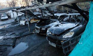 Thế giới - Video: Dàn siêu xe Rolls-Royce, Bentley cháy rụi ở Nga