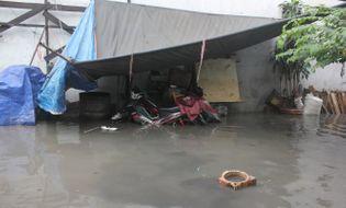 Miền Nam - Dân Sài Gòn bì bỏm trong nước sau cơn mưa cuối mùa