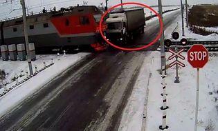 Xã hội - Video: Đi qua đường tàu như mơ ngủ, tài xế chết thảm
