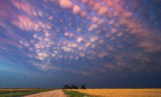 """Chuyện lạ - Kinh ngạc những """"dải bong bóng mây"""" xuất hiện trên bầu trời"""