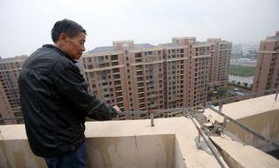Thế giới 24h - Hãi hùng cảnh tòa nhà chung cư nghiêng và có nguy cơ đổ sập