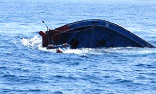 Sự kiện hàng ngày - Tàu cá bất ngờ bị chìm, 13 ngư dân may mắn thoát chết