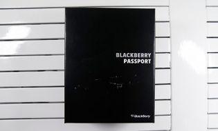 Sản phẩm số - Mở hộp BlackBerry Passport màu trắng tại Việt Nam