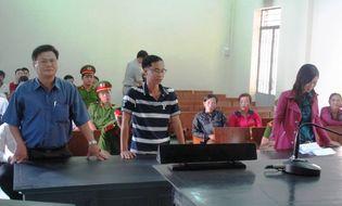 Hồ sơ vụ án - Kiện ra tòa vì bị khám ngực trước mặt công an