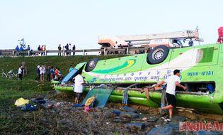 Sự kiện hàng ngày - Xe khách chở 35 người lật ngửa, 1 người chết, 19 người bị thương
