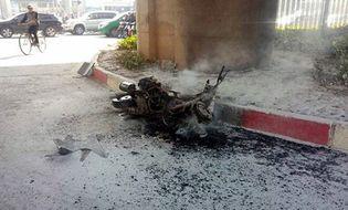 Xã hội - Video: Xe máy bất ngờ bốc cháy ngùn ngụt giữa đường