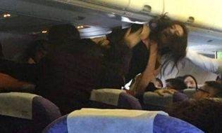 Thế giới 24h - Trung Quốc: Hành khách nữ túm tóc, đánh nhau ngay trên máy bay