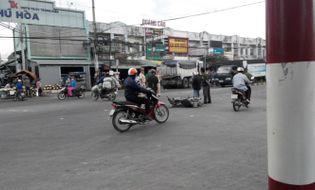 Sự kiện hàng ngày - Bình Dương: Một phụ nữ bị xe ben cuốn vào gầm kéo lê 10m