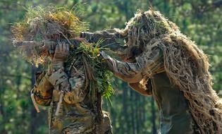 """Thế giới - Video: Cận cảnh những người lính có thể """"biến thành"""" một bãi cỏ hay lùm cây"""