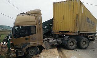 Miền Trung - Xe container đâm xe tải, giao thông QL1A ách tắc