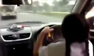 Đời sống - Video: Sốc với bé gái 9 tuổi tự lái xế hộp tới trường