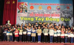 """Miền Trung - Quảng Trị: """"Vòng tay đồng đội"""" trao học bổng cho 75 học sinh, sinh viên"""