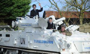 Chuyện lạ - Bố lái xe tăng 17 tấn chở con đi học