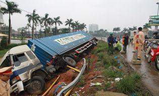 Miền Trung - Container chở máy giặt lao đầu xuống bờ kè QL1A